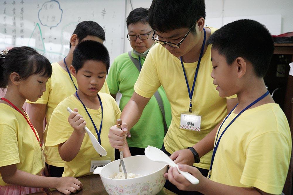 親切的隊輔適時協助孩子們