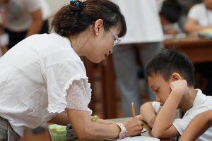 專業美術老師細心教導孩子色彩配置及運用